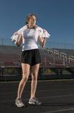 Junge Frau, die nachdem draußen trainieren sich entspannt Lizenzfreie Stockfotografie