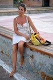 Junge Frau, die nahe der Brücke steht Stockfotos