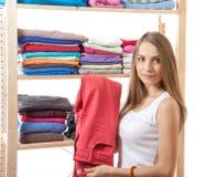 Junge Frau, die nahe der Garderobe steht stockfotos