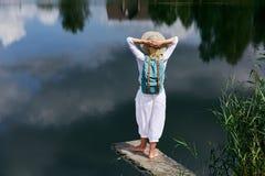 Junge Frau, die nahe See stillsteht Lizenzfreies Stockfoto
