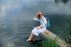 Junge Frau, die nahe See stillsteht Stockbild