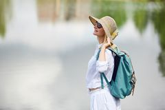Junge Frau, die nahe See stillsteht Stockfotos