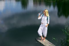 Junge Frau, die nahe See stillsteht Lizenzfreie Stockbilder