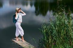 Junge Frau, die nahe See stillsteht Lizenzfreie Stockfotos