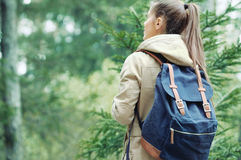 Junge Frau, die Natur in der Waldumwelt, lifest entdeckt Stockfoto