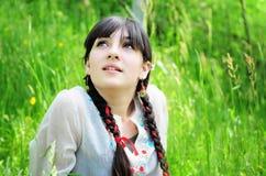 Junge Frau, die Natur genießt Stockfotos