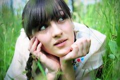 Junge Frau, die Natur genießt Lizenzfreie Stockbilder