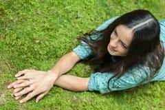 Junge Frau, die Natur genießt Stockbilder