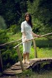 Junge Frau, die Natur im Sommergarten genießt Lizenzfreies Stockfoto
