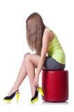 Junge Frau, die neue Schuhe versucht Lizenzfreies Stockbild