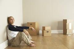 Junge Frau, die in neues Haus umzieht Lizenzfreie Stockbilder