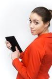 Junge Frau, die Notenauflage auf weißem Hintergrund verwendet Stockfotografie