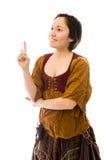 Junge Frau, die oben denkt und zeigt Lizenzfreies Stockfoto
