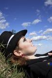 Junge Frau, die oben Himmel betrachtet stockfoto