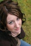 Junge Frau, die oben schaut Stockfoto