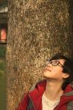 Junge Frau, die oben schaut Stockfotografie