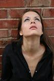 Junge Frau, die oben schaut Lizenzfreie Stockfotos