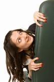 Junge Frau, die oben schaut, versteckend hinter einem Büro cha Lizenzfreies Stockbild