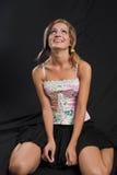 Junge Frau, die oben sitzt und schaut lizenzfreies stockfoto