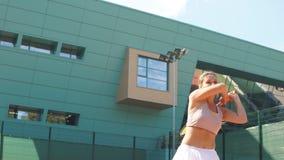 Junge Frau, die oben Tennis, Abschluss spielt stock video
