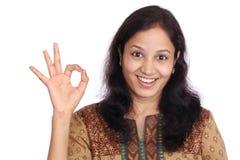 Junge Frau, die OKAYzeichen bildet Lizenzfreie Stockfotos