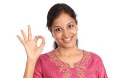 Junge Frau, die OKAYzeichen bildet Stockfotografie