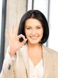 Junge Frau, die okayzeichen zeigt Stockbild