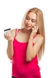 Junge Frau, die online kaufen tut Stockfoto
