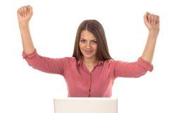 Junge Frau, die online kauft Stockbilder