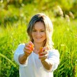 Junge Frau, die Orange zusammendrückt stockfoto
