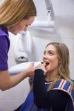 Junge Frau, die panoramischen Digital-Röntgenstrahl ihrer Zähne hat Stockfotografie