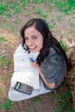 Junge Frau, die am Park studiert Stockbilder