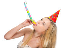 Junge Frau, die in Parteihornisten durchbrennt Lizenzfreie Stockfotografie