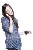 Junge Frau, die per Telefon spricht Lizenzfreies Stockfoto