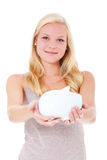 Junge Frau, die piggy Querneigung anhält Lizenzfreies Stockbild