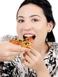 Junge Frau, die Pizza isst Stockfotos