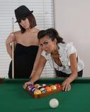 Junge Frau, die Pool spielt Stockbild