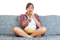 Junge Frau, die Popcorn isst Stockfoto