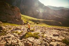 Junge Frau, die Reise-Lebensstil im Freien wandert stockfotografie