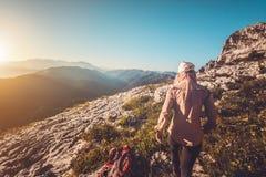 Junge Frau, die Reise-Lebensstilkonzept im Freien wandert stockbilder