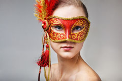 Junge Frau, die rote Karnevalsschablone trägt Stockfotos