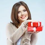 Junge Frau, die roten Geschenkkasten anhält Lizenzfreie Stockfotos