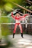 Junge Frau, die rotes Cowboykleid trägt Stockfotos