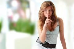 Junge Frau, die Ruhe gestikuliert Stockfotos