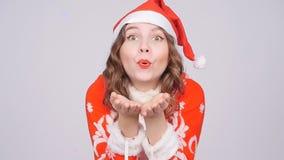 Junge Frau, die Sankt-` s durchbrennende wegkonfettis Hutes trägt stock video