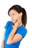 Junge Frau, die Schmerz im Ohr glaubt lizenzfreies stockbild