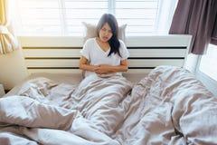 Junge Frau, die schmerzliche Magenschmerzen hat lizenzfreie stockbilder