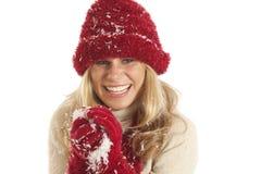 Junge Frau, die Schneeball bildet stockbild