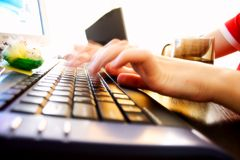 Junge Frau, die schnell auf einer Tastatur schreibt Lizenzfreie Stockfotografie