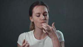 Junge Frau, die Schnellimbiß isst Lokalisiertes Schwarzes Porträt stock footage